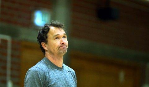 NYTT TAP: Bærum Basket tapte, men viste lovende takter mot Kongsberg.  Her ved trener Mathias Eckhoff fra en tidligere kamp.