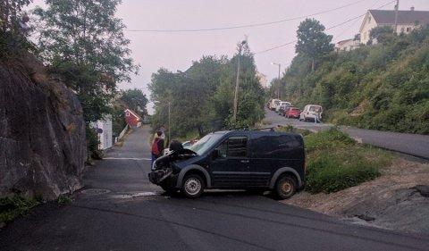 Møtte veggen: Bilisten som satt bak rattet i denne bilen, har mistet sertifikatet og må betale en betydelig sum i bot.