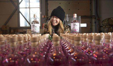 Therese Storebø Østervold laga «Nine Sisters Gin» – og som blei kåra til den aller beste utgåva i London Spirits Competion. I mai lanserast «Tessas» nye gin                                                                 – «Nine Sisters Summer Gin», som har rosa farge og ein smak av sommar.