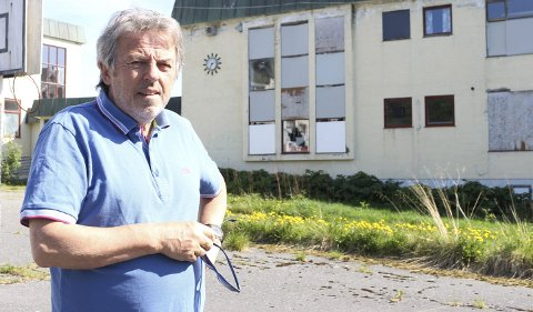 Forfaller: Nils-Ole Steinbakk i Fauske synes det er trist å se at den gamle skolebygningen står og forfaller. Nå ønsker han at det gjøres om til for eksempel boliger. Begge foto: Ida Kristin Dølmo