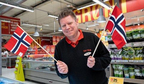 17. MAI-PRISKRIG: -  Vi elsker å krige om å ha de laveste prisene, sier butikksjef Rune Repp hos Extra Råholt. Foto: Espen Solli