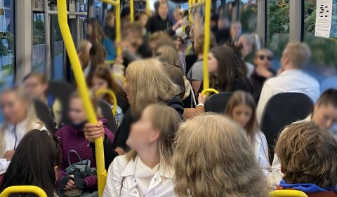 Dette bildet ble tatt på bussen fra Tromsø sentrum mot Telegrafbukta onsdag ettermiddag. Nordlys har set flere bilder fra samme busstur. Foto: Privat