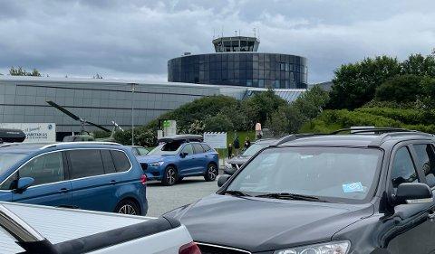 Mye biler på p-plassen: Det har vært en veldig god sommer for Norsk Luftfartsmuseum. Mange biler utenfor og mange besøkende innendørs.
