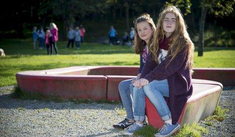 TIL KAMP MOT MOBBERNE: Emilie Hovland (13) og Maria Louise Pettersen (13) har tatt initiativ til en antimobbe-            gruppe på Facebook, og sto i spissen for et folketog mot mobbing i Olsvik 17. september. De tror det er mer mobbing ved deres skole enn ved andre skoler, noe rektor ikke er enig i. FOTO: VIDAR LANGELAND