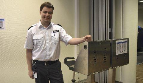 Håvard Sognnes (27) utdannet seg for jobb i oljebransjen, men ble rammet av oljekrisen. Nå har han fått fast jobb som sikkerhetskontrollør for Securitas på Bergen lufthavn Flesland via Ringer i Vannet-prosjektet. FOTO: KATHERINE FERGUSON