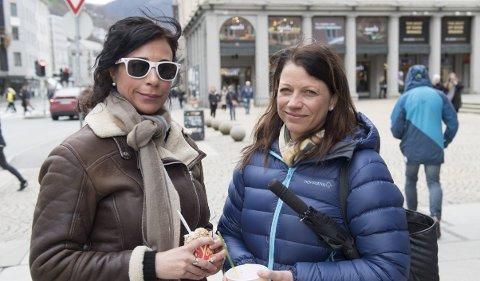 Gir av og til: Agnes Merete Jansen og Linda Fauskanger syns det er fælt å se folk som må tigge på gaten i Bergen.