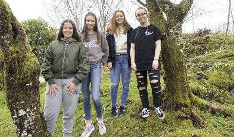 Sara Juhasz (15) (f.v.), Jeanett Clausen Strandos (14), Vilde Eiken (14) og Emma Louise Salen (15) skal konfirmere seg fra denne helgen og i løpet av de kommende tre ukene. FOTO: KATHERINE FERGUSON