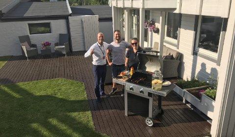 Marius Hagen (t.v.) i Eiendomsmegler Vest fikk med boligselger Karl Einar Svor og samboeren hans på å grille i hagen under visningen på huset på Olderkjerret i Hordvik i Åsane.