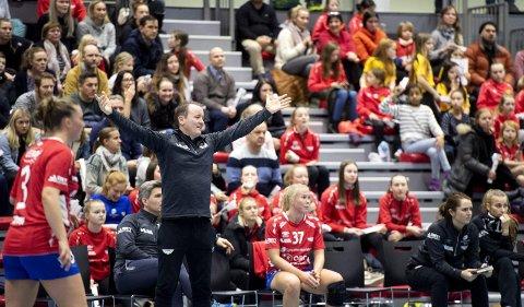 Fana-trener Erlend Lyssand forstår slett ikke hvorfor forbundet har rotet det til denne gangen. Fana og                      Tertnes skal spille på hjemmebane samtidig. Fana i sin egen, nye arena, Tertnes i Haukelandshallen.