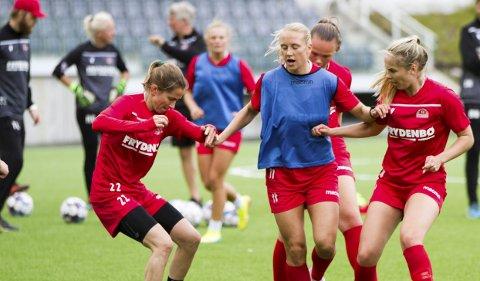 Lisa Naalsund (i midten med blå vest) er ønsket i klubber i mange forskjellige land, og takket nylig nei til den italienske storklubben AS Roma. Men hun utelukker ikke en overgang.