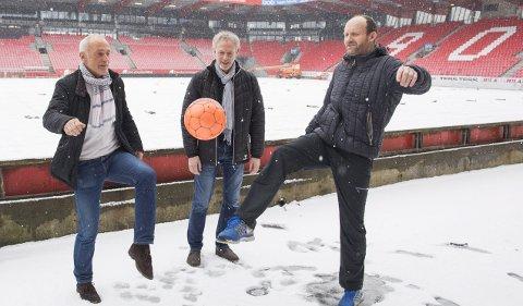 Ingvar Dalhaug (t.v.) og Kjell-Rune Pedersen (t.h.) er begge sentrale blant gamlekarene  i Brann. De to gamle spillerne jubler over en innstilling som gir mer fotballkompetanse inn i styret. I miden Bjørn Erik Brandt, også han gammel Brann-spiller. Årsmøtet er 9. mars. FOTO: EMIL WEATHERHEAD BREISTEIN