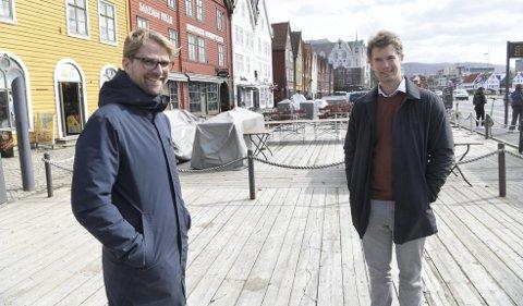 Ubyråkratisk: Roger Valhammer (Ap) og Erlend Horn (V) stiller krav om ordnede forhold for at serveringsbedriftene i Bergen skal få utbetalt kompensasjonstilskudd etter pandemien. – Vi synes det er riktig å belønne dem som har tatt vare på sine ansatte i denne vanskelige tiden, sier Valhammer. FOTO: ARNE RISTESUND