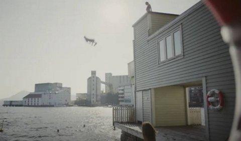 – Det hjelper ikke med livbøye om uhellet er ute, sier Håkon Egeberg Johansen. Han er overrasket over at et forsikringsselskap viser reklame med ungdom som hopper fra det 7-8 meter høye taket på Sandviken sjøbad.