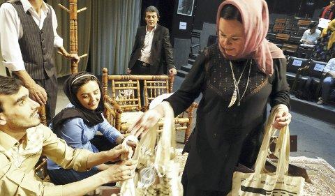 Rhine Skaanes var pådriver for teaterprosjektet til DNS.  Hun ble bare kalt «Mor Teater». Her er hun ved en prøve. – Jeg frykter for hva som skjer med alle jentene som var med, sier hun  etter at Taliban nå har tatt over landet.