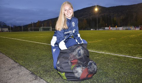 GJØR SEG KLAR: Ballnettet er på plass og Helene Letmolie er klar for å lede treninger–med en kompetanse få andre damer innehar.