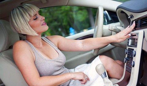 Varme sommerdager byr på utfordringer i bilen. Her får du våre beste tips for en behagelig temperatur når du er ute på kjøretur.