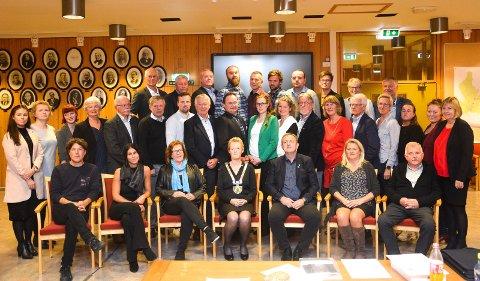 SLIK BLIR DET IKKE: Kommunestyret i Modum skal samles til møte 20. april, men representantene blir ikke sittende tett sammen som på dette bildet. I stedet blir det digitalt møte.