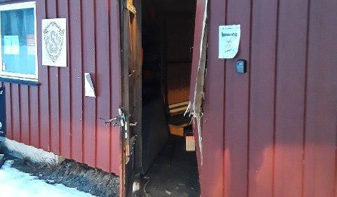 HÆRVERK: Døra til utstyrsboden til Nedre Sigdal Idrettsforening (NSIF) ble skadet, men ikke noe skal være stjålet.