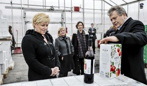 Øke styrken: Marius Egge vil gjerne få selge sider med opp til 20 prosent alkohol. I dag er grensen 4,7. Her orienterer han Siv Jensen.