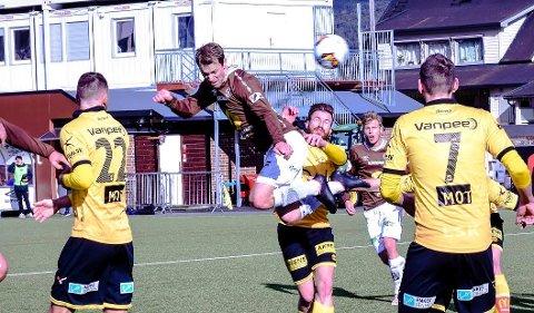 PÅ HØYDEN: MIF og Magnus Sylling Olsen (i midten) var fullt på høyde med Lillestrøm i lørdagens treningskamp på Isachsen Stadion,  men det ble 2-1-tap.