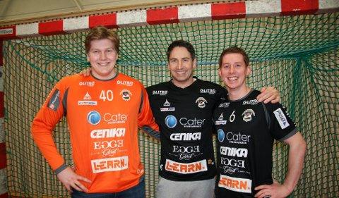 LOKAL FORANKRING: SHK-trener Glenn Solberg (midten) er veldig fornøyd med at lokale spillere som Robin Haug (t.v.) og Simen Solberg følger klubben ned i 1. divisjon.