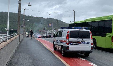 Politiet sto klare med to biler på Strøms torg da Vålerenga-fansen kom med toget fra Oslo, og fulgte gruppa over bybrua.