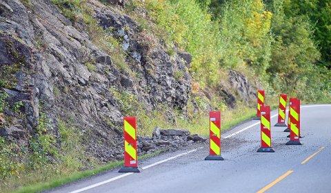 Veien er sperret av etter det mindre steinraset.