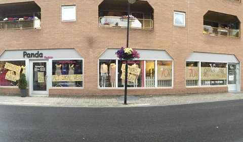 Opphørsalg: De to nabobutikkene i Arbeidergata i Mjøndalen stenger dørene for klessalg. Etter sommeren kommer det to nye tilskudd til næringslivet i sentrum. Varaordfører Elly Therese Thoresen poengterer at politikerne ønsker et levende sentrum.