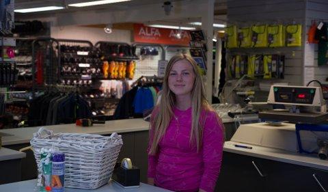I KASSA: Frå kassa på Jobbpartner hjelper Anne Linn Stølen til med det ho kan.