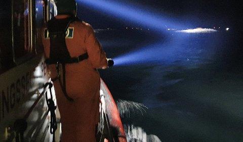 REDNINGSSKØYTA: Det blir søkt i både sjøen og ved strandlinja etter den sakna mannen.