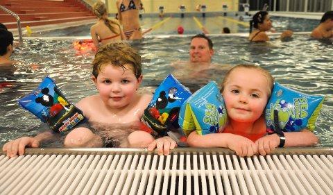 HOPP I BASSENGET: Mina Kjøniksen (4) og  fetter Isak Sebastian Agerup (5) var raskt på plass da det nyrenoverte Kongstenbadet åpnet i januar. Badet er åpent i hele vinterferien.