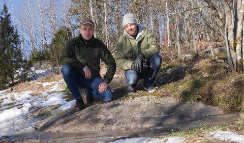 Fant flere helleristningsskip: Magnus Tangen (til venstre) og Tormod Fjeld er ivrige helleristningsjegere. Tangen er også arkeolog av yrke. Skipene er krittet opp for anledningen. (Foto: Øivind Lågbu)