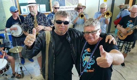 FORBRØDRING: Jimmy Olsen, kulturgeneral i Gamlebyen, og festivalsjef Bjarne S. Aaserød fra Sarpsborg jazzklubb, sørget for å stille med svingende toner og makeløs mottagelse i en stappfull ankomsthall, da de første par hundre deltagerne ankom Kardamili International Jazz Festival lørdag ettermiddag.