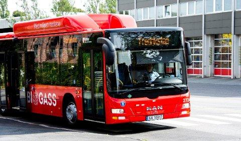 STRØMMER TIL BUSSEN: Selv om rådet de siste månedene har vært at folk helst bør holde seg unna kollektivtransport, strømmet folk til bussen i hopetall i juli. Antall passasjerer kan ha økt med mellom åtet og ni prosent.