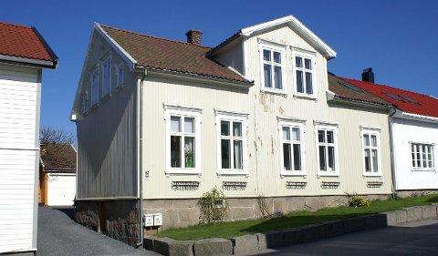 Berggata 24 på Apenesfjellet. Johannes Schau begynte å bygge her i 1877.