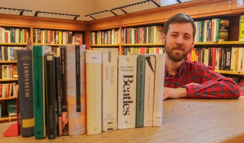 12 forslag: Bibliotekar Aleksander Bjørndal kan by på disse 12 bøkene gjennom 2020. En for hver måned med tiårs sprang i utgivelse.