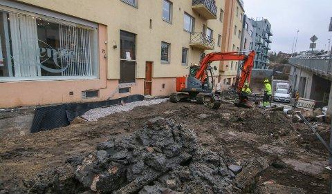 Dreneres: Rehabiliteringen av Bjørnengården er inne i sitt andre av tre år. Funkisgården fra 1939 skal være ferdig neste år. Nå dreneres det langs nordveggen ved Kråkerøy-brua.