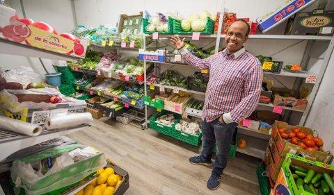 MYE GRØNT: Ali Mohamed Aadan i Bakal har et voksent kjølerom med grønnsaker.