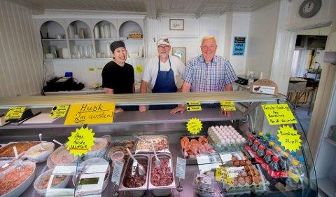 FISKEFORRETNING: Ping Yan, Rune Lunner og Christian Berg driver Østsiden Delikatesse i Gamlebyen. De kan se tilbake på et godt år for bedriften.