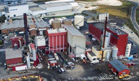 Åtte medlemmer av Unios Det norske Maskinistforbund er tatt ut i streik. Natt til onsdag måtte Frevar stenge ned sitt eget energigjenvinningsanlegg og starte nedstengning av Kvitebjørn Bioels anlegg (nabobedriften). Vi ser pipene til begge anleggene på bildet.