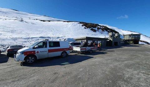 VAR PÅ STEDET: Rjukan og Tinn Røde Kors hjelpekorps var på ulykkesstedet på Gaustatoppen søndag.
