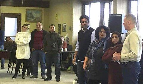 AVSKJED:  Venner skilles og flytter. 10 ansatte står uten jobb.  Even Lynne (t.h.) takket alle i den gamle verkstedhallen som med enkle midler er bygget om til aktivitetsrom og møteplass for alle.