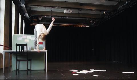 LAGET FORESTILLING:  – Dans er kommunikasjon! Jeg gleder meg til å vise «En samtale med samtidsdansen» i kultursalen på KUSK, sier Minda Marie Kalfoss. Kongsvinger-danseren er endelig tilbake på scenen i sin gamle hjemby søndag.