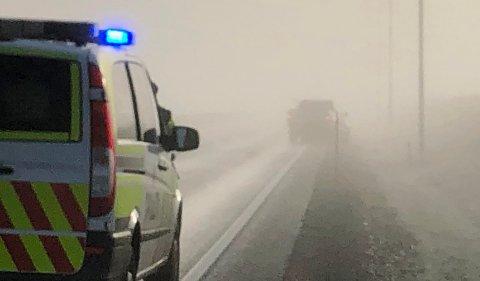 UTFORDRENDE: En bil kjørte inn i autovernet på E16 søndag morgen.