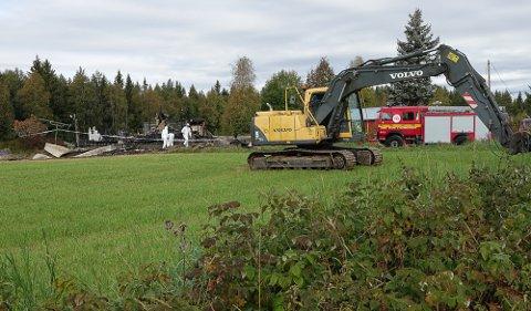 SØK: Det er store mannskaper med krimteknikere, Kripos med hund, politi, brannvesen og gravemaskinoperatør i gang med søk i branntomta på Hof Finnskog.