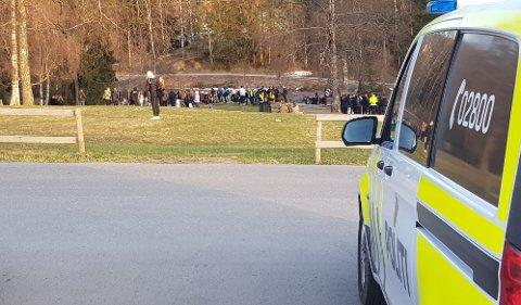 Politiet var i Badedammen i fem timer fredag kveld. De ønsker at enkelte foreldre kobler seg mer på.