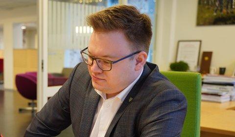 Fylkesordfører Even Aleksander Hagen (t.h.) og Erling Myhre, daglig leder i Åge Haverstad AS, underskriver forliksavtalen etter langvarig strid og runder i retten knyttet til utbygging av fylkesveg 33 i Østre Toten.
