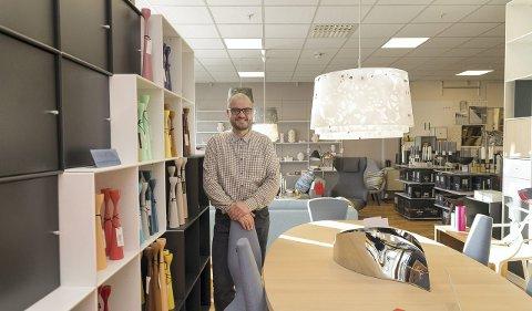 LYKKELIG: Harald K. Jørgensen hos Kreativ Interiør trives i sentrum, også etter at Ikea kom til regionen. Begge foto: Jo E. Brenden