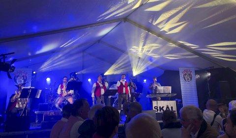 Oktoberfest i Odda: Tiroler Blas Musik Kapelle fra Haugesund på scenen i teltet. Foto: Eivind Dahle Sjåstad