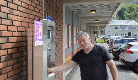 Ved Coop Extra: Testet parkeringsautomaten for første gang. – Det gikk veldig fint, men dette blir nok en overgang for de fleste, sier Odd-Lars Birkeland. Foto: Ernst Olsen